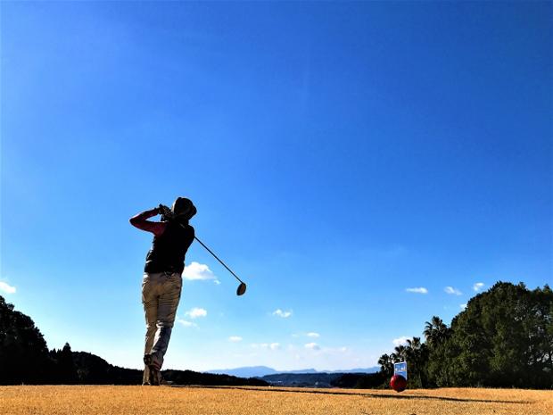 ゴルフが趣味の方の右膝(ひざ)の痛み
